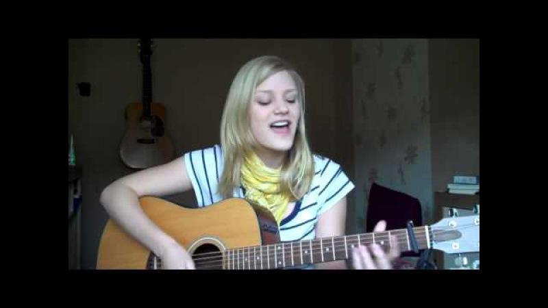 Девушка классно играет на гитаре и поет французскую песню