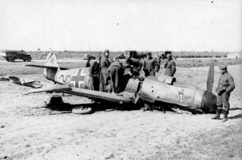 Солдаты вермахта осматривают сбитый истребитель Мессершмитт Bf-109F-4 (Messerschmitt Bf-109F-4, «schwarz 13», заводской номер 13116 унтер-офицера Альфреда Деттке