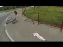 Юбку девушки на велосипеде сорвало на заборе