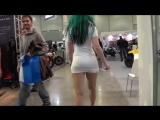 Раскрепощенная девушка не поправляет юбочку! Очень интересный эксперимент с девушкой в мини юбке