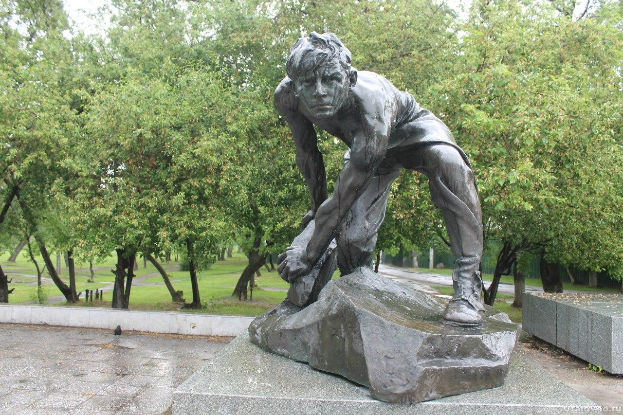 Скульптура Шадра Булыжник - орудие пролетариата