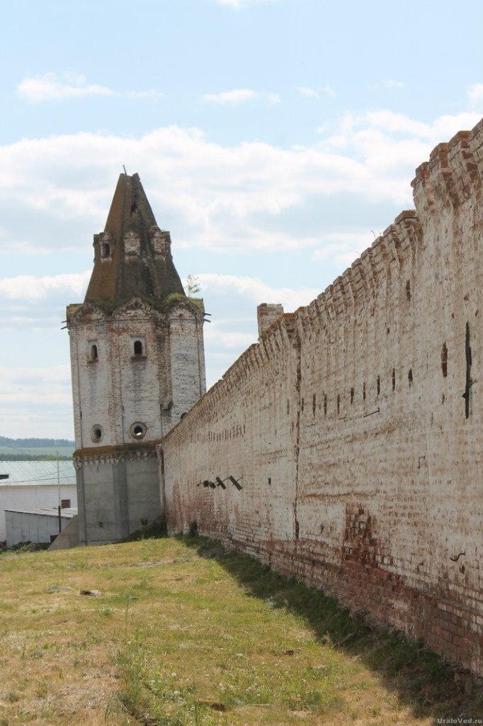 Стены Далматовского монастыря