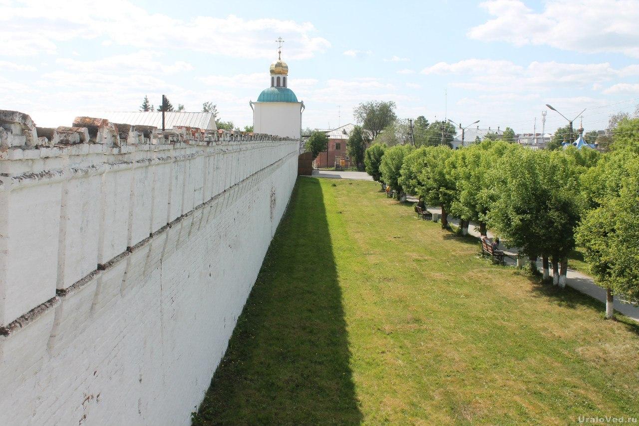 Стены монастыря в Далматово
