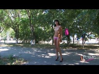 Девушка разделась на улице