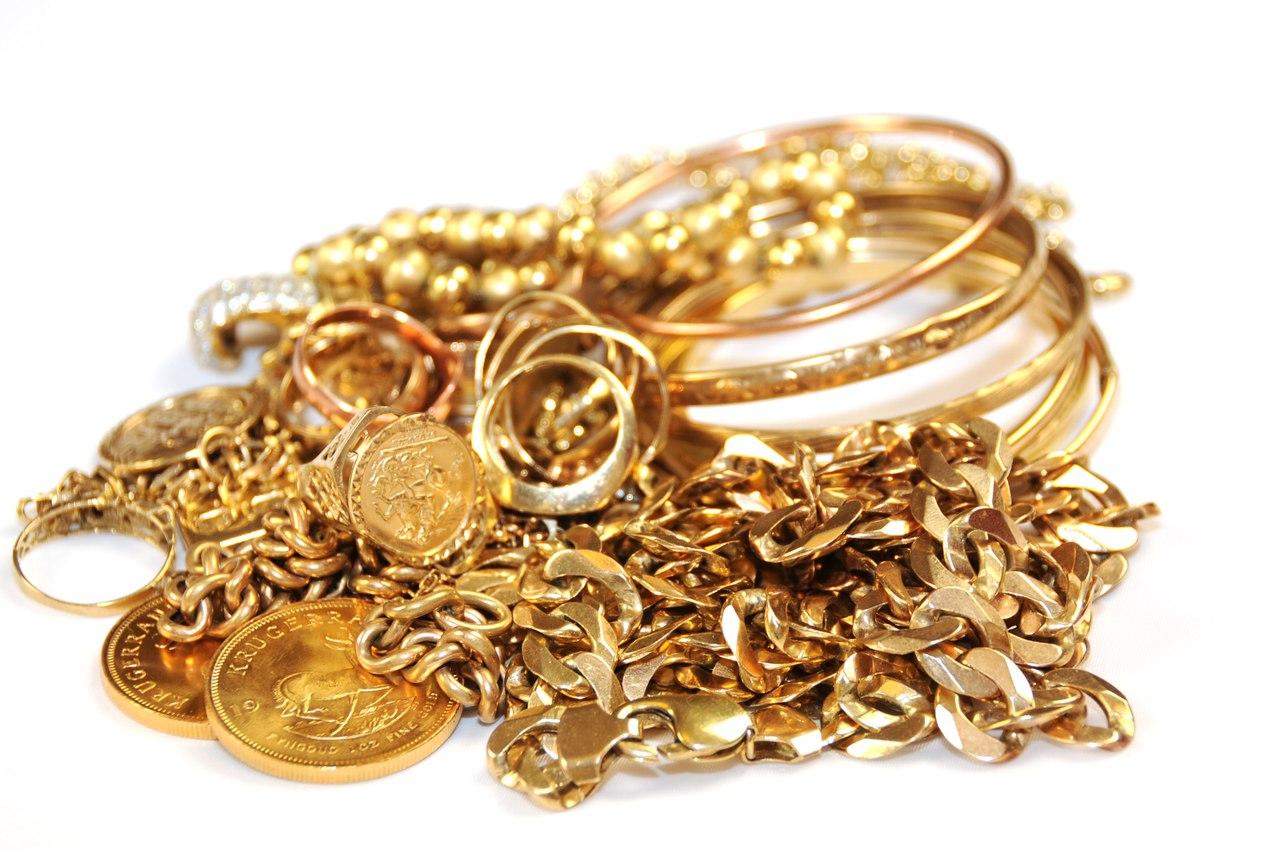 Находясь в гостях, мужчина украл у хозяйки золотые изделия