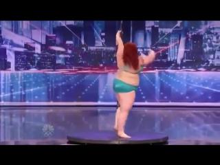 Толстая девушка такое вытворяет на шесте!!!