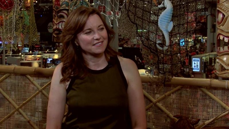 CBR TV @ NYCC 2015 Lucy Lawless Balances Bruce Campbell in Ash Vs Evil Dead Hates Action Scenes смотреть онлайн без регистрации