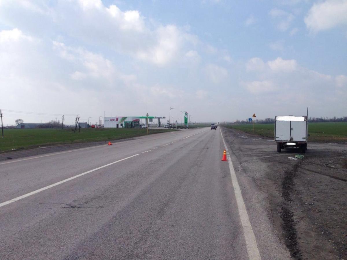 На трассе «Ростов-Таганрог» автофургон сбил водителя Opel Astra, находившегося на дороге после ДТП
