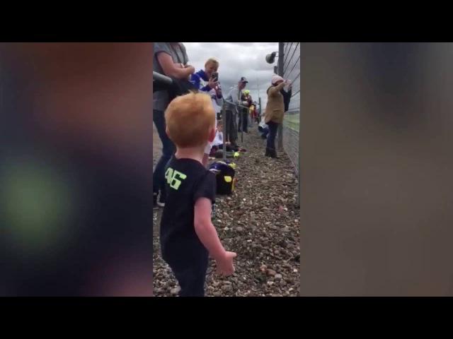 Реакция мальчика на мотогонки