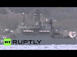 Турция: Русский корабль сопровождают через Босфор Турецкой береговой охраны.