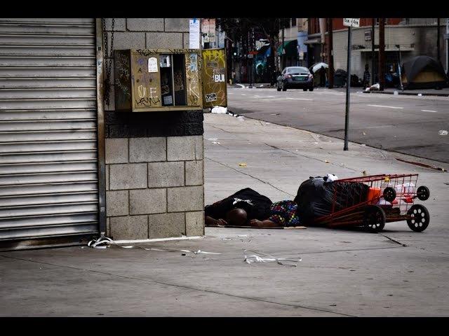 Даунтаун Лос Анджелеса, богатые и бедные кварталы, бомжи и палатки на улицах