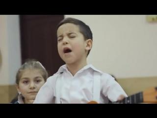 Мальчик в классе поет - Люблю тебя