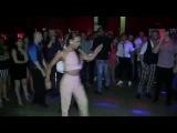Mujer que sabe bailar salsa con 8 hombres en una sola canci
