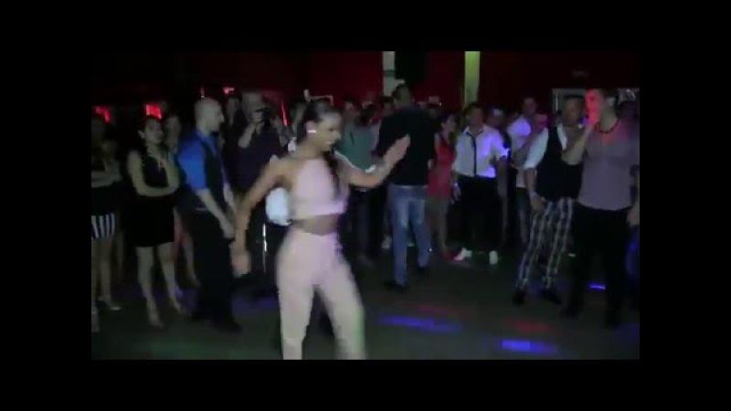 Mujer que sabe bailar salsa con 8 hombres en una sola canción