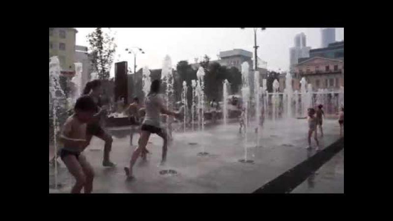 Настя купается в фонтане в центре Екатеринбурга