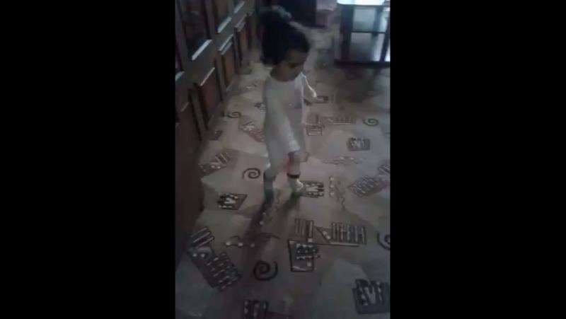 Моя маленькая балерина Анна Мария обратите внимание на ноги