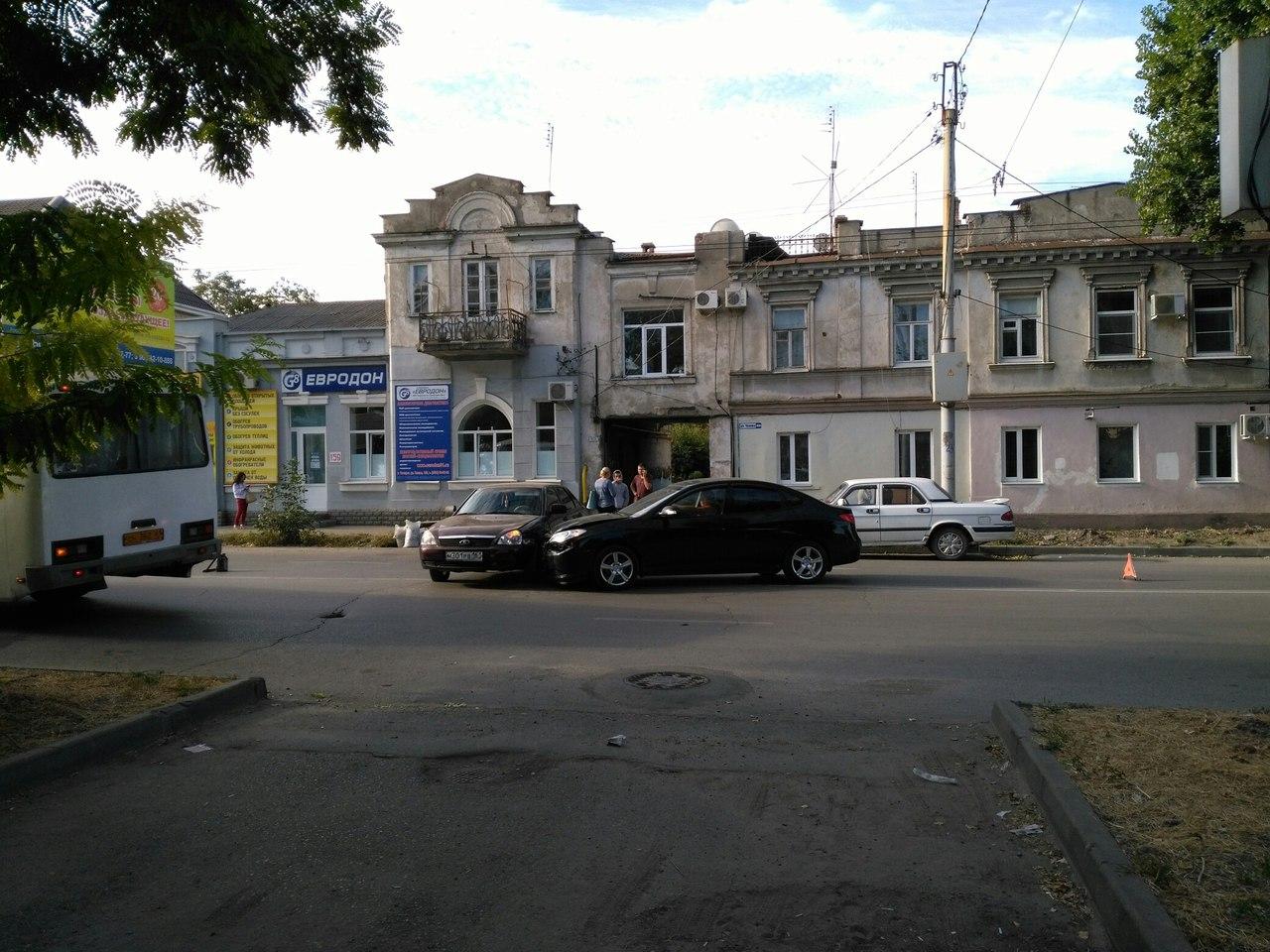 Сегодня утром в Таганроге из-за столкновения двух легковушек «встала» улица Чехова