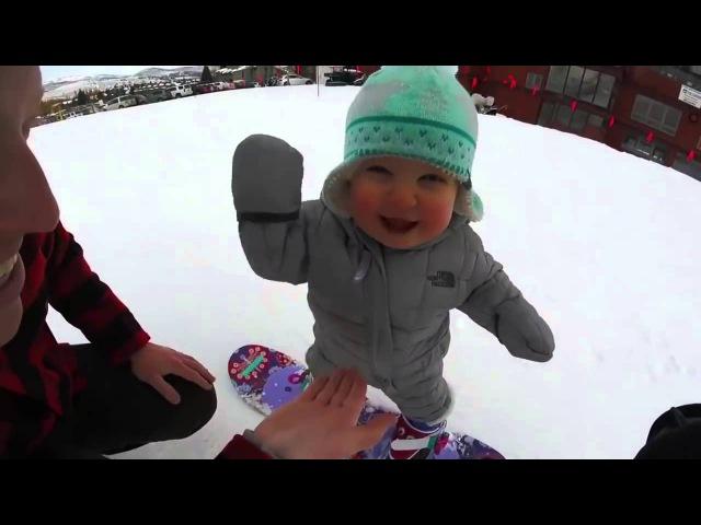 Годовалый малыш на сноуборде