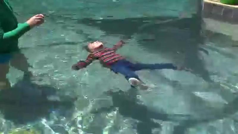 Мадис плавает в зимней одежде