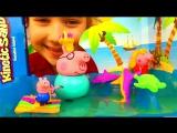 Мультфильм Свинка Пеппа и папа Свин играют в бассейне Плавающий кинетический песок