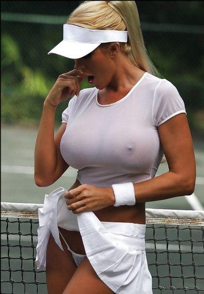 с небольшой аккуратнейшей грудью без бюстгальтера