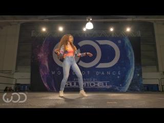 Девушка танцует как робот