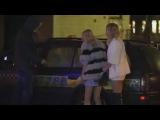 две уставшие блондинки выходят из ночного клуба  алкашня