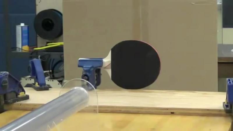 Теннисный шарик пробивает ракетку насквозь