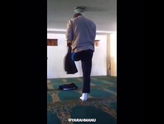 СубханАллах, совершает намаз на одной ноге.