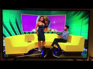 Почему нельзя танцевать тверк в прямом эфире: певица случайно показала свое нижнее белье всему интернету