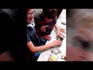 Американские дети пытаются вставить кассету