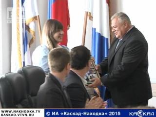 Глава администрации НГО Олег Колядин вручил именные стипендии и наградил волонтеров