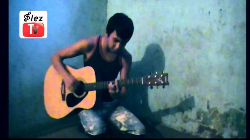 Парень красиво поет и играет на гитаре
