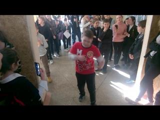 Тип танцует брейк данс (школа №75)