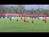 Adryan arranca, mas Thiago Ennes chega junto. Na bola