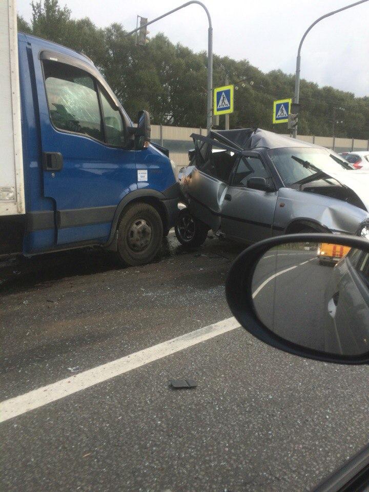 Фото: В Петербурге столкнулись 4 авто, «Нексия» всмятку