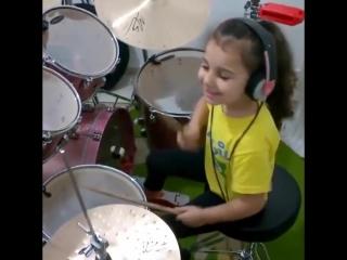 Круто! 5-летняя девочка играет на ударных System of a Down