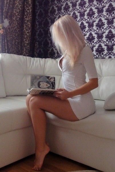 Britische Milf Sammie spreizt ihre Beine pantyhosed