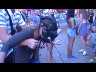 Девушка думает, что  срывается с километрового обрыва в очках VR (очки виртуальной реальности фильмы приколы +100500 3д порно hd