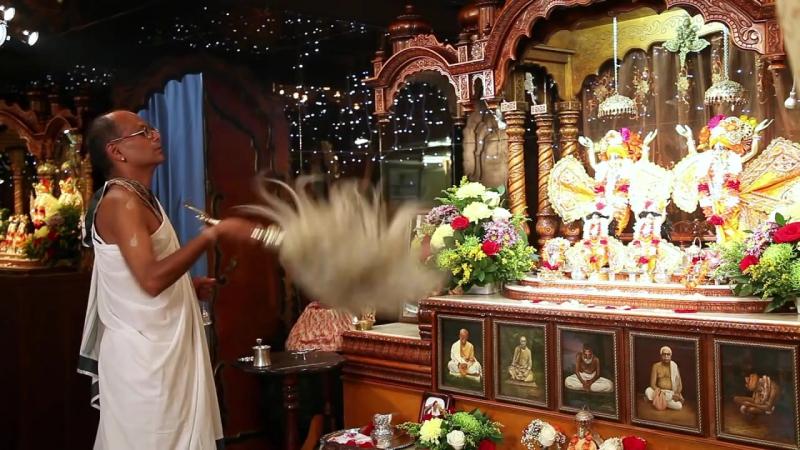 Арати в храме Шри Шри Дойал Нитай и Шачи Суты