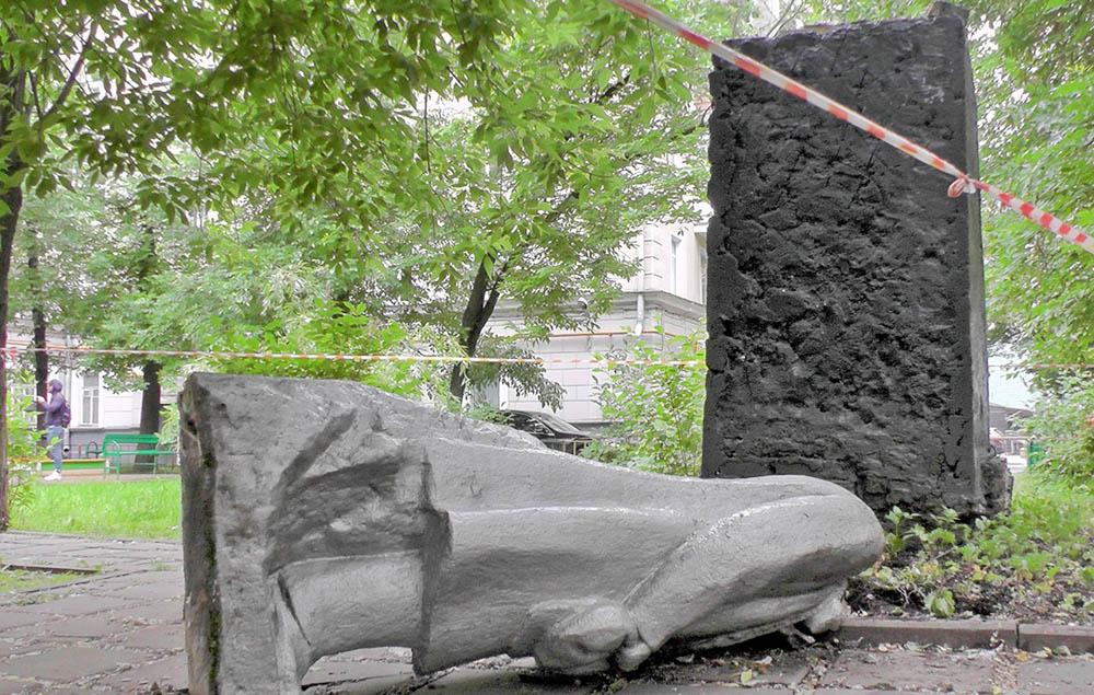 В Москве свалили памятник Бланку,Зюганов  в шоке