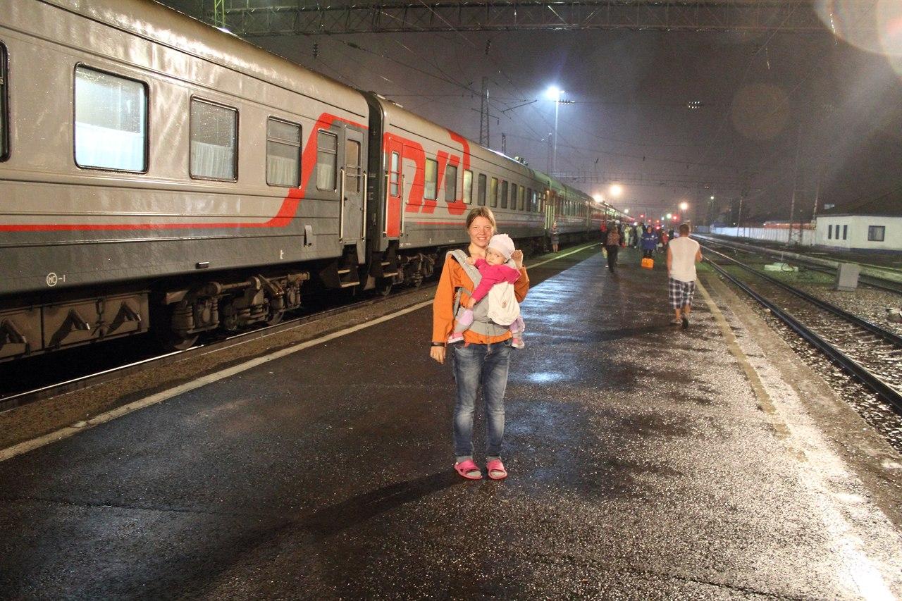 Вышли прогуляться во время стоянки поезда. Идет дождь