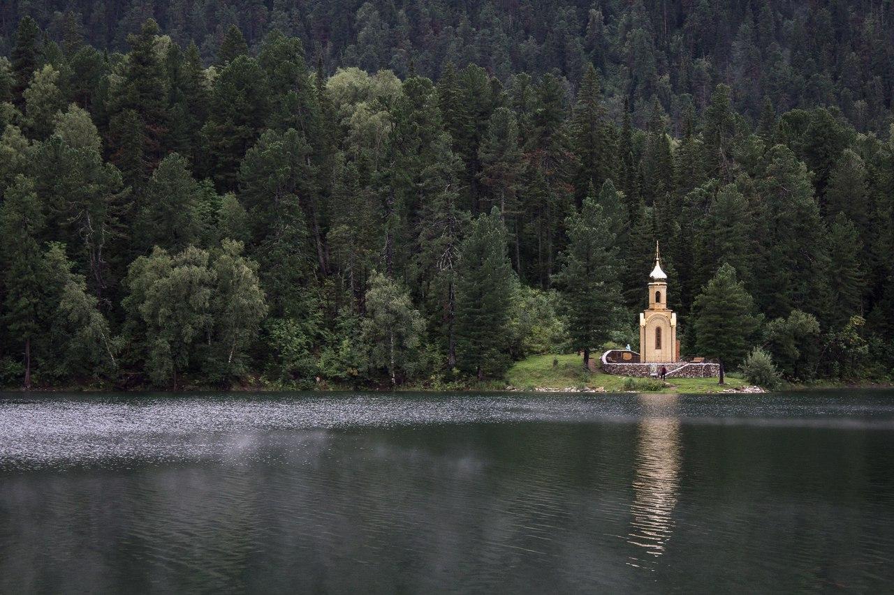Часовня на берегу озера Изумрудное.