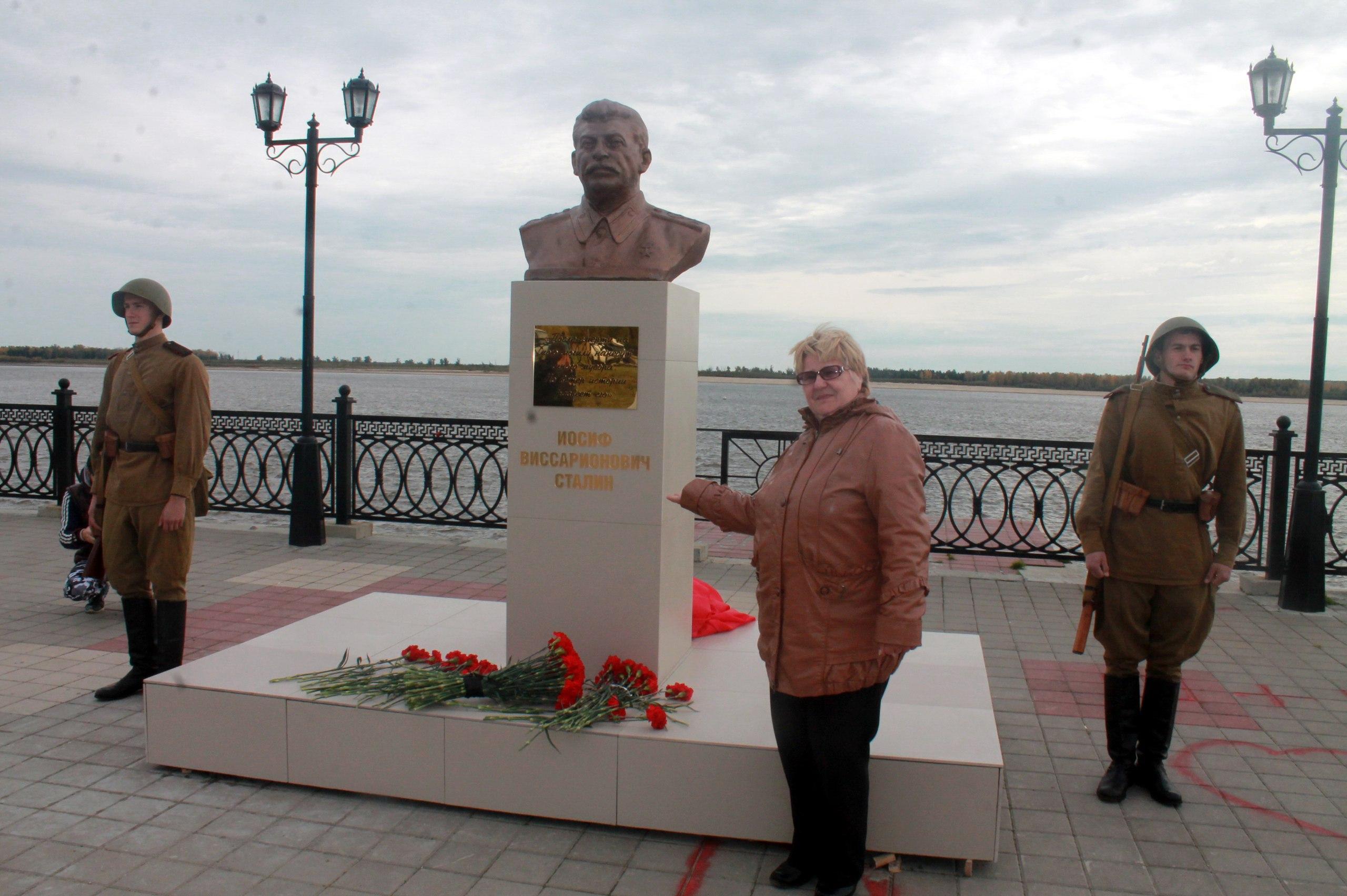 Где установлен памятник сталину как написать некролог в газету образец