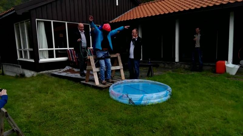 Норвезького парубка,обманули, що він пішов стрибати на тарзанці із старого моста