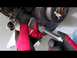 Как заменить задние тормозные колодки на Audi A4