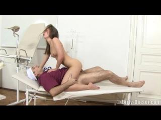 Грязный русский доктор чпокнул пациентку
