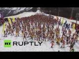 Массовый спуск лыжников и сноубордистов в купальниках со склонов «Розы Хутор»