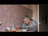 Бухой мужик на кухне бухает Видео прикол