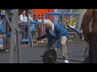 Пранк: Кроссфитер в гримме старика, троллит качков на спортплощадке бодибилдеров и пауэрлифтёров